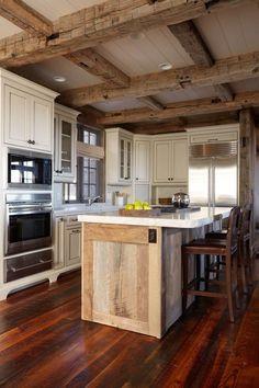 Einrichtungsideen für Wohnküche-gemürtliche Holzfußböden und Deckenbalken