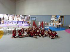 Después de los talleres los niños posan con los mosaicos que han hecho