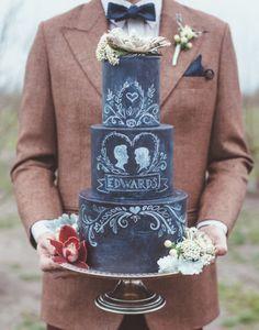 "A cobertura estilo ""lousa"" foi usada para tornar o bolo de casamento super customizado!"