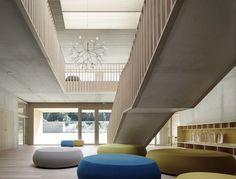 Kindergarten Susi Weigel / Bernardo Bader Architects materialisatie hout beton trap borstwering kleur