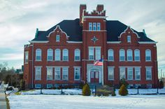 We arrived at the Federal Pointe Inn by @ascendhotels on a chilly Friday afternoon in February and entered through the lobby in what was once the back of an old school. We were unsure of what to expect, but we were greeted by a charming hotel boasting modern amenities while preserving the integrity of the 100-year-old building. It is truly a masterful renovation. #sponsored #GoNative