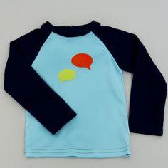 blablabla Jongens shirt in licht en donkerblauw met tekstballon in flockfolie. leverbaar in 80 82 en 92 www.byella.nl