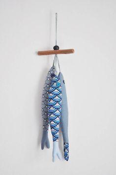Joli trio de sardines en tissu montées sur un morceau de bois flotté -- Cet ensemble sera parfait pour décorer une poignée de porte, dans une salle de bain ou pour décorer votre intérieur dans un style marin ou nautique ! Les poissons sont faits de tissus de qualité et sont