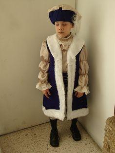 Elegante en su traje de Cristobal Colon