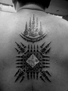 Find out the meaning of Muay Thai Tattoo symbols. Learn about traditional Sak Yant tattoo designs: five lines, twin tigers, nine peaks, eight directions and Tatoo Thai, Muay Thai Tattoo, Yantra Tattoo, Sak Yant Tattoo, Tatuagem Sak Yant, Traditional Thai Tattoo, Protection Tattoo, Temple Tattoo, Geometric Mandala Tattoo
