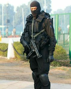 A member of National Security Guard, Elite Counter-terror unit of India. The National Security Guard (NSG) is an Indian special forces unit under the Ministry of Home Affairs (MHA). Special Forces Of India, Indian Army Special Forces, Special Forces Gear, National Security Guard, Armed Security Guard, Indian Army Quotes, Indian Army Wallpapers, Border Guard, Military Police