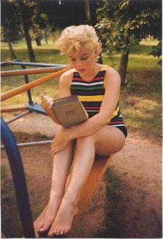 Marilyn Monroe reading James Joyce