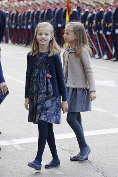 La princesa de Asturias y la infanta Sofía, que iban peinadas igual con trenzas de raíz, lucían vestidos del mismo estilo en diferentes tonos de la firma Nanos