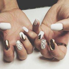 modele d'ongle en gel blanc et or, idee deco ongle