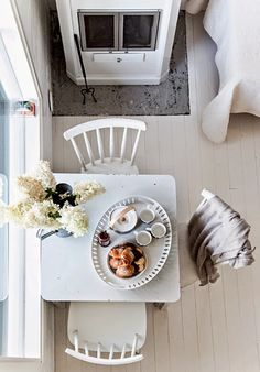 white walls, breakfast table, white chairs