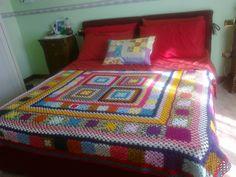 copriletto fatto all'uncinetto maglia vecchia america e cuscino in pachwork