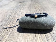 Makramee Armband mit Mallorca-Perle in dunkelblau elegant | Etsy Braided Bracelets, Handmade Bracelets, Boho, Sunglasses Case, Elegant, Etsy, Fashion, Conch Shells, Majorca