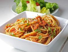 Italië, het land van de verse pasta's, staat bekend om zijn bijzondere sauzen. De meeste van die sauzen zijn op basis van verse tomaten. Mama's staan dagelijks in de keuken om hun overheerlijke sauzen voor te bereiden. De sauzen zijn vol van smaak...