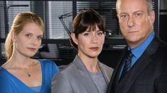 Ylikomisario Alan Banksin (Stephen Tompkinson) ryhmään kuuluvat rikoskomisario Helen Morton (Caroline Catz) ja ylikonstaapeli Annie Cabbot (Andrea Lowe).
