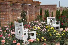 Ogród angielski z ceglanymi murkami