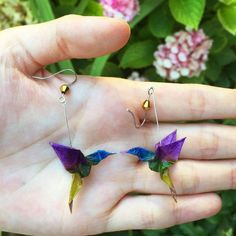 Pretty painted origami hummingbird earrings by Inspire Change Origami are featured in this post about 15 paper jewelry artisans on Etsy. Source by bisuteria Origami Jewelry, Paper Jewelry, Paper Beads, Diy Origami Earrings, Origami Cards, Origami Paper, Oragami, Japanese Paper, Origami Hummingbird