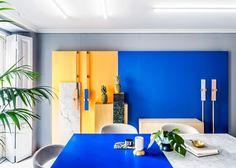 Décor do dia: cores vivas e mármore na sala