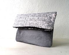 Bolso de mano tipo clutch, vegano, lentejuela plata con shantung plateado.Diseño minimalista. pendiente de hojas oro viejo