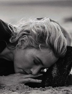 Kate Winslet by Peter Lindbergh for Vogue Italia November 2015 Peter Lindbergh, Sarah Moon, Paolo Roversi, Emotional Photography, Portrait Photography, Black And White Portraits, Black And White Photography, Contemporary Photographers, Am Meer