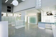 La Farmacia si sviluppa su una superficie di circa 180 mq, in un locale di nuova costruzione caratterizzato da una fascia prospiciente l'ingresso di altezza imponente, circa 7 metri, illuminata dalle ampie vetrine che si affacciano sulla futura sistemazio