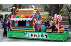 Alexandra Plunket Society Float Hansel and Gretel Gingerbread House with princess Jodi Henderson during the 2010 Alexandra Blossom Festival on Saturday. Christmas Float Ideas, Christmas Parade Floats, Christmas Car, A Christmas Story, Candyland, Carnival Floats, Hansel Y Gretel, Boat Parade, Candy Christmas Decorations