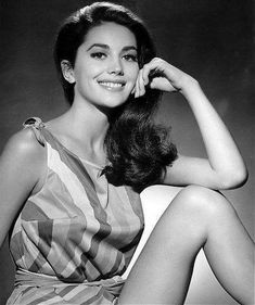 Lovely brunette Linda Harrison (Planet of the Apes) was married to producer Richard Zanuk (Jaws, Cocoon), here she is in 1966 Linda Harrison, Classic Actresses, Hollywood Actresses, Driving Miss Daisy, Funny Christmas Pictures, Star Images, Planet Of The Apes, Photo Black, Classic Beauty