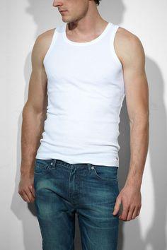 Bestellen und Anziehen: Das 2 Pack Tank Set in 5 Größen. Ganz einfach das Levis Tank-Shirt zur Jeans. Im Doppelpack mit enger Passform, und unterschiedlichen Farben: White/White. 100% Baumwolle...