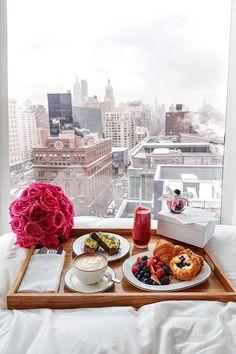 #LuxuryBeddingBreakfast Champagne Breakfast, Romantic Breakfast, Perfect Breakfast, Breakfast Photo, Breakfast Tray, Birthday Morning, Birthday Breakfast, Good View, Cozy In Bed