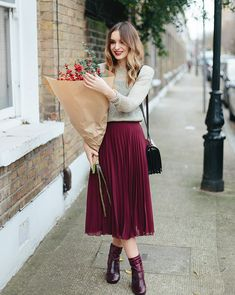 New burgundy pleated high waist women skirt wine red midi length autumn winter pleated skirt outfit. Irt outfits this absolutely Office Outfits Women, Casual Work Outfits, Modern Outfits, Work Casual, Casual Office, Stylish Outfits, Office Chic, Smart Casual, Ladies Outfits