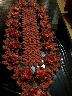 ideas crochet table runner christmas beautiful for 2019 Crochet Art, Crochet Home, Love Crochet, Crochet Motif, Crochet Designs, Crochet Doilies, Crochet Flowers, Crochet Table Runner, Crochet Tablecloth
