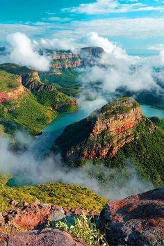 De Blyderivierspoort of, in het Engels Blyde River Canyon in de provincie Mpumalanga in Zuid-Afrika. De rivier Blyde heeft over een lengte van 26 kilometer haar weg gevonden door het rode zandsteen.