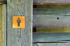 """Zdjęcie tabliczki """"wc męskie"""" ze stali Corten ( zdjęcie wykonane po dwóch miesiącach patynowania )."""