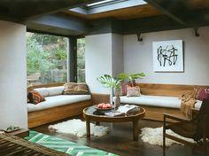 Sala de estar com mesa de centro redonda e piso de madeira
