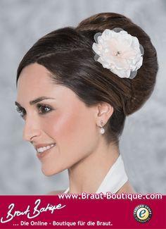 Haarschmuck von Emmerling - Eleganter Haarschmuck für eine aufregende Brautfrisur. Bezauberndes Gesteck mit Blüte aus Satin / Tüll verziert mit Strass in 3 verschieden Farben. #haarschmuckhochzeit #haarschmuckbraut #brauthaarschmuck #haargesteck #brautfrisur