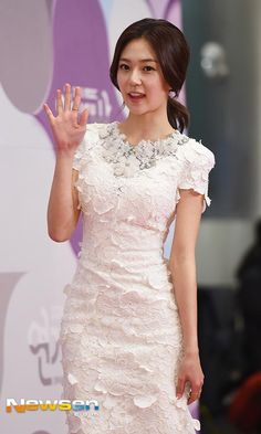 Baek Jin-hee at the MBC drama awards in Korea Korean Actresses, Actors & Actresses, Baek Jin Hee, Mbc Drama, White Suits, White Gowns, Lace Overlay, Floral Lace, Awards