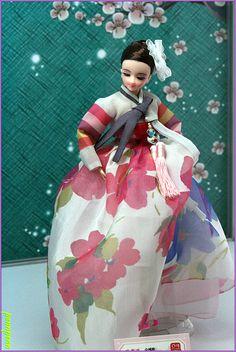 The Beauty of Costumed Dolls Korean Traditional Dress, Traditional Outfits, Bjd Dolls, Girl Dolls, Doll Costume, Costumes, Korean Hanbok, Asian Doll, Korean Art