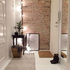 21 ideas para decorar tu recibidor con ladrillo visto - Tapeten ideen 21 ideas to decorate your hall with exposed brick . Scandinavian Interior, Home Interior, Interior Architecture, Interior And Exterior, Interior Decorating, Decorating Tips, Scandinavian Apartment, Brick Saw, Decoration Entree