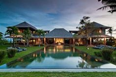 Looking for a luxury private villa in Bali? We have hand-picked a large selection of the best private Bali villas. Bali Architecture, Tropical Architecture, Bali Stil, Villas, Hawaii Homes, Bali Fashion, Resort Villa, Bali Resort, Belle Villa