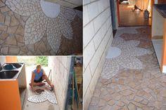 Luciene Bastos - Minas Gerais- Luciene reutilizou restos de cerâmica para um belo piso em mosaico. Cortou uma pétala como molde em papel de jornal, riscou no chão com giz, colocou argamassa e foi montando a flor. Para finalizar, aplicou rejunte. Belo trabalho! Parabéns... ! (: