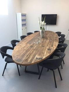 Modern look with black chairs and wood table! Astounding Oval Dining Tables for Your Modern Dining Room ♥ Discover the season's newest designs and inspirations. Oval Table, Dining Room Table, Table And Chairs, Dining Chairs, Farm Tables, Wood Tables, Lounge Chairs, Side Chairs, Modern Table
