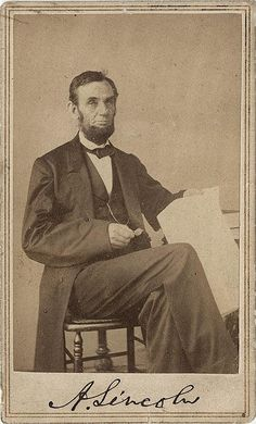Seated pose of Republican President Abraham Lincoln holding Emancipation Proclamation papers. Photographed by Alexander Gardner. American Presidents, Us Presidents, American Civil War, American History, Abraham Lincoln, Carolina Do Sul, Civil War Photos, World History, Historical Photos