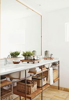 Almost-full-wall mirror, with a narrow frame At Home : 10 Storage Solutions