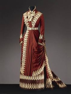 Fripperies and Fobs : Worth day dress ca. 1880 From the Galleria del Costume di Palazzo Pitti via Europeana Fashion 1880s Fashion, Edwardian Fashion, Vintage Fashion, Victorian Gown, Victorian Costume, Vintage Outfits, Vintage Gowns, Moda Vintage, Vintage Mode