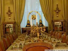 Salón comedor del palacioNiavaran,. Teherán Detalle de la mesa del salón-comedor con vajilla, cristaleria y adornos en oro. Iran, Asia, Chandelier, Ceiling Lights, Lighting, Home Decor, Dinnerware, Palaces, Ornaments