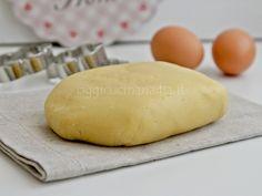 La pasta frolla è una delle ricette base della pasticceria, un impasto non lievitato e friabile che si utilizza per crostate, biscotti e piccola pasticceria
