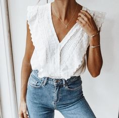 Women& white ruffle top with jeans, women& fashion, spring / summer style… - Outfit.GQ - Women white ruffle top with jeans, women fashion, spring / summer style … - Mode Outfits, Casual Outfits, Fashion Outfits, Womens Fashion, Fashion Trends, Casual Jeans, Clubbing Outfits, Trendy Jeans, Denim Outfits