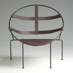 Flavio de Carvalho, homme à talents multiples, s'impliqua dès les années 30 dans un processus toujours provocateur dans différents champs artistiques et particulièrement dans les domaines du design et de l'architecture.