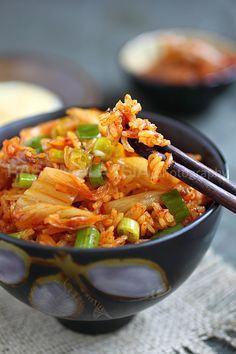 Kimchi Fried Rice recipe - Kimchi fried rice takes practically 15 minutes to prepare and calls for a few basic ingredients: kimchi, overnight steamed rice, and egg. If you like, you can add meat such as beef, chicken. Easy Rice Recipes, Easy Asian Recipes, I Love Food, Good Food, Yummy Food, Vegetarian Recipes, Cooking Recipes, Healthy Recipes, Cooking Tips