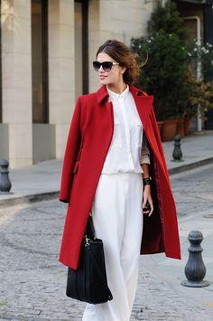 13. O look com camisa e pantalona brancos ganhou o luxo do sobretudo vermelho. Tem produção mais chique?
