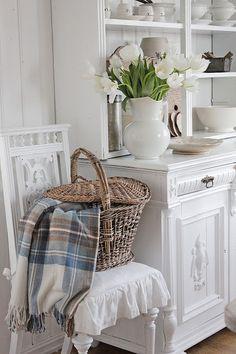 Det er kaldt ute og det knitrer i den gamle etasje ovnen her inne i stua...denne vinterdagen. Heldigvis er det blitt lenger lyst om dagen...